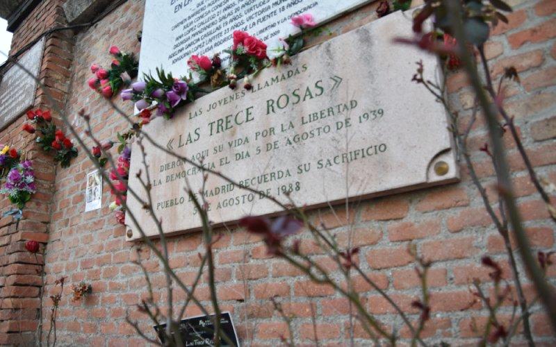 Commemorative plaque of the Thirteen Roses