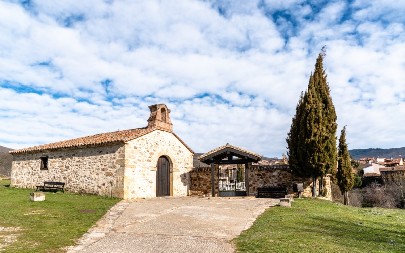 Hermitage of Nuestra Señora de los Dolores and cemetery in Horcajuelo de la Sierra