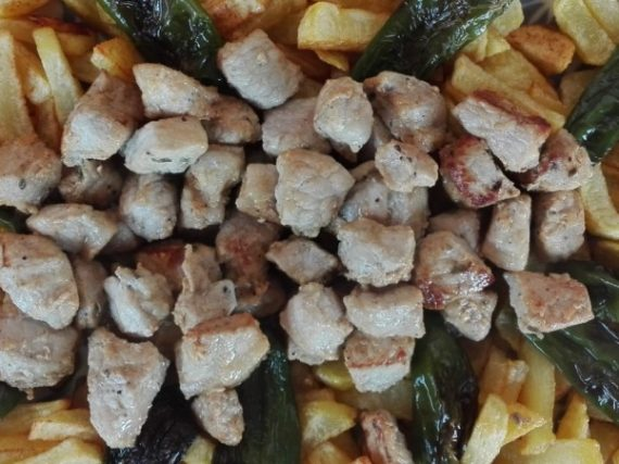 Raxo with fries and Padrón peppers, Galician simplicity in its purest form