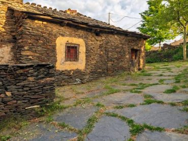 Campillo de Ranas, a black architecture reference in Serranía de Guadalajara