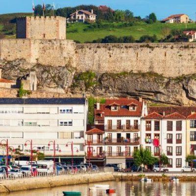 The castle of San Vicente de la Barquera, a defense from another era