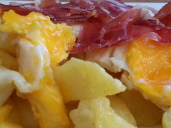 Spanish Huevos Rotos Recipe (Eggs with Serrano Ham and Potatoes)