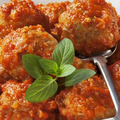 Meatballs with tomato sauce and almonds, a different touch to the traditional recipe