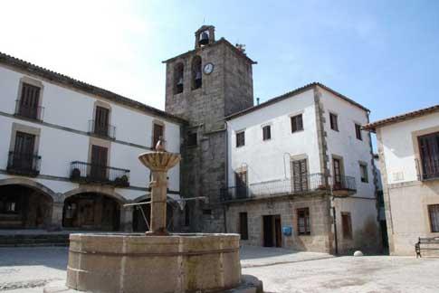 Fuente en la Plaza Mayor de San Martín de Trevejo y Torre-Campanario al fondo