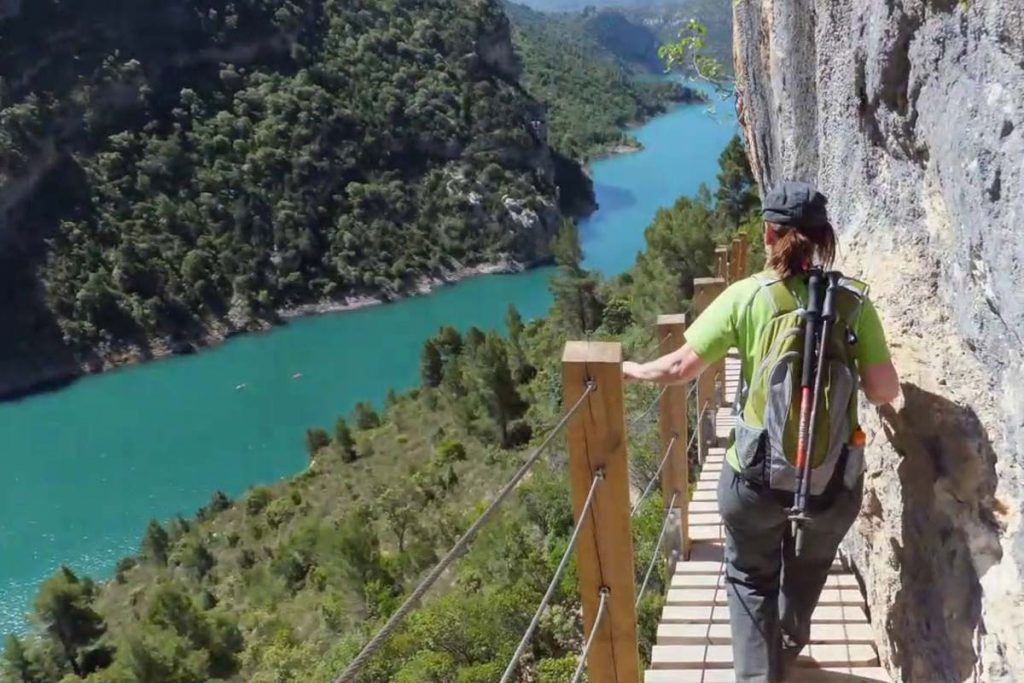 Walking on the footbridges of Montfalcó