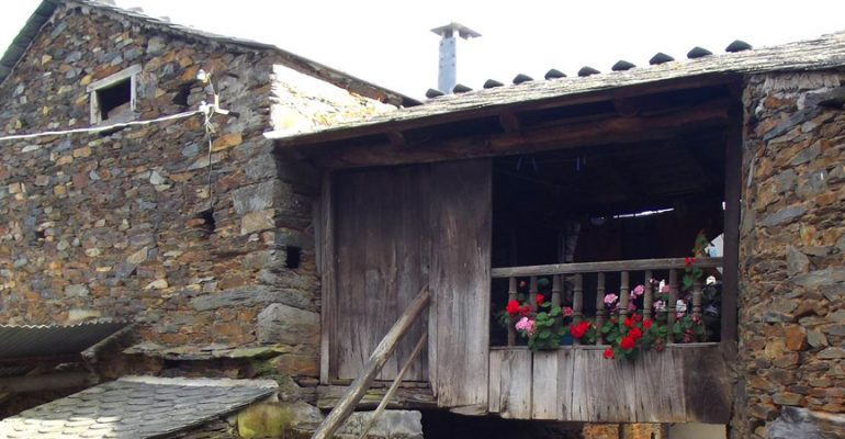 Argul, the Asturian village whose passageways let you live without stepping on the street