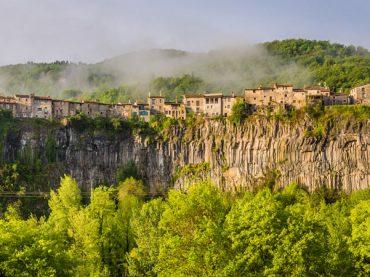Castellfollit de la Roca, a whole town gazing into the abyss