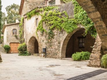 Monells, a journey back to the 10th century in the heart of Girona